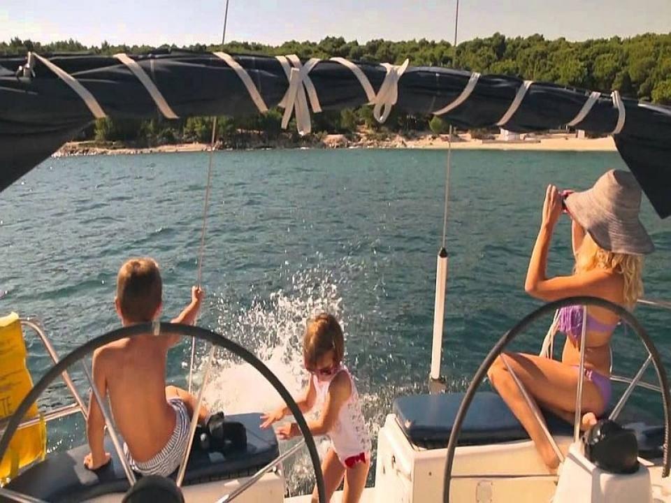 Bambini e il bagno dalla barca a vela