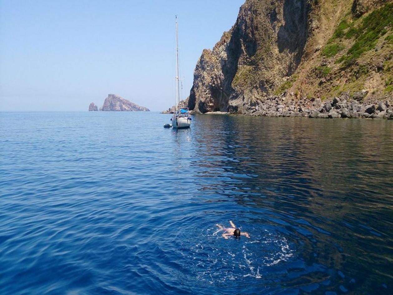 Single in barca nel Golfo di Napoli