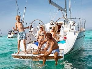 Famiglie in barca nel Golfo di Napoli