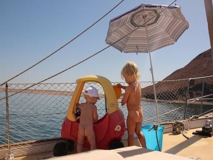 Bambini in acqua senza paura dalla barca a vela